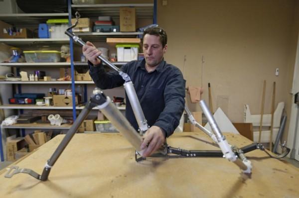 Тьерри Реверди, владелец Dreamdoll, демонстрирует механическую конструкцию, служащую основой секс-куклы.